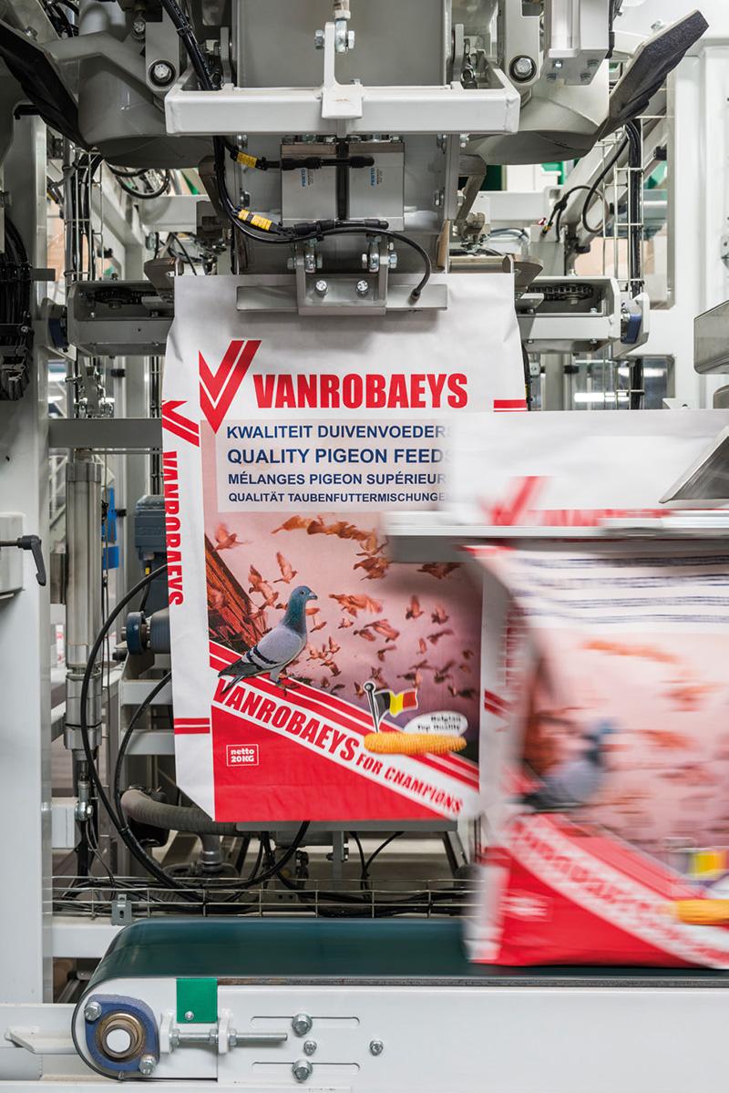 Het vullen van de verpakking op pallets van Vanrobaeys duivenvoer.